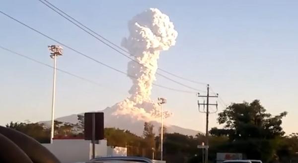 Началась активная фаза извержения мексиканского вулкана Колима