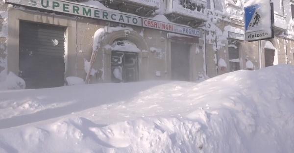 Сильный снегопад парализовал горный город в Италии