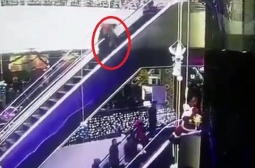 Мама упустила ребенка на эскалаторе